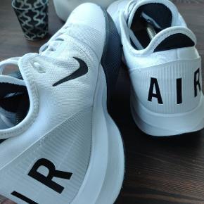 Helt nye og ubrugte Nike Air sko købt gennem Zalando. De er dog aldrig blevet brugt da jeg ikke er super god til hvide sko.   De sælges til en suveræn pris da de fylder.  Størrelse:46 Farve:hvid med sorte detaljer  De kan enten ses/købes i Hillerød eller sendes Skriv gerne eller se flere af mine annoncer