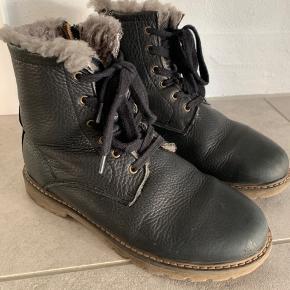 Super lækre læder vinterstøvler med kraftig sål. Uld foer og lynlås i siden. Str 37. Brugt 1 sæson, men kan sagtens tage endnu en vinter.