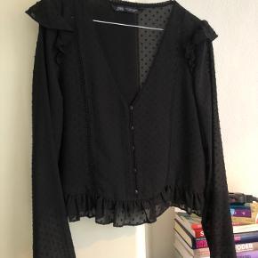 """Let bluse med små sorte """"dutter"""" fra Zara en M men passer en S. Brugt få gange."""