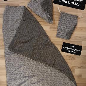 Smallstuff juniorsengetøj med mønster af traktorer. 100% bomuld. Lysegrå med koksgrå traktorer på den ene side og koksgrå med lysegrå traktorer på den anden side.  Dynebetræk + pudebetræk og en opbevaringspose / frugtpose i samme stof. Næsten som ny.