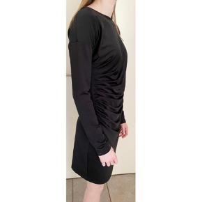 Sort draperet kjole fra Vila. Str. S. Med stræk. Næsten som ny. Nypris 399,-