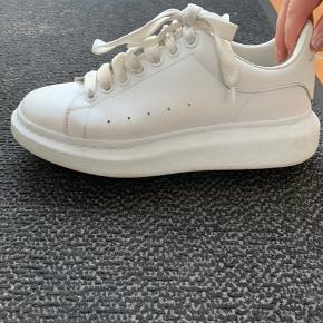 Sælger super fede Alexander McQueen oversized sneaker, har box ,kvittering og alt originalt.