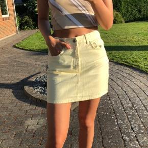 Super sød pastel gul denim nederdel fra gina tricot i en medium, men er selv small og passer mig fint. Byd :)