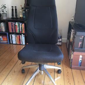 Sort kontorstol. Brugt men virker fint. Ryggen kan vippes tilbage.