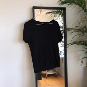 V-neck t-shirt fra gina tricot