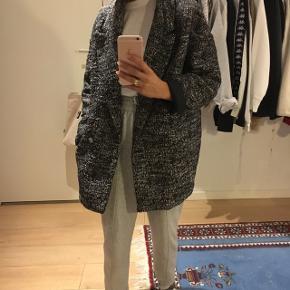 Sort/hvid-mønstret frakke fra H&M i str. 34. Jakken er aldrig brugt og har stadig prismærke. Nyprisen var 499kr. -byd:)