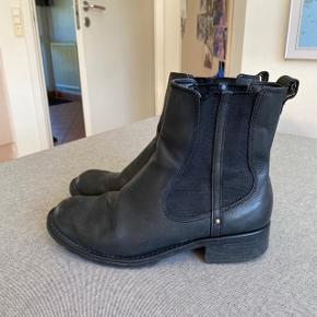 """Lækre Chelsea støvler fra Clarks i ægte læder. Modellen hedder """"Orinoco Club"""" og fås stadig i butikkerne.  Jeg har elsket dem og de er derfor brugt en del, men har stadig massere af liv i sig. Sælges derfor også billigt. Læderet er naturligvis blevet lidt blødt som ses på billederne, men det strækker sig pænt ud, når man har dem på. Stadig super komfortable af have på!  Byd endelig! :D"""