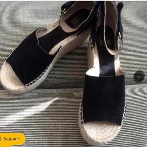Nye høje plateau sandaler. Indvendig sållængde 24 cm. Hælhøjden bagpå 9,5 cm.