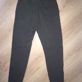Fine, behagelige Joggingbukser i sort, sælges. 😊 Sælger også mine grå magen til, og kan findes blandt mine andre annoncer. 🤗 Mvh Julia Maria.