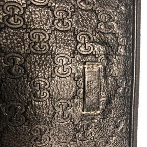 "Gucci laptop case Med Gucci signature ""GG"" Guld hardware  Mål: 37 x 31 x 2,5 cm"
