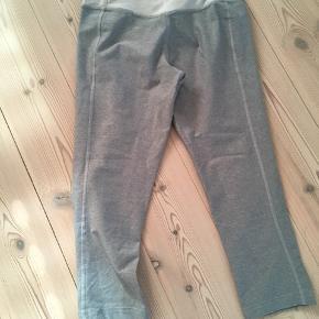 De er prøvet på og vasket en enkelt gang, ellers som nye. Det er 3/4 tights. Jeg bruger normalt small i tights, så lidt til den store side.