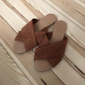 Brune ruskinds slip ons/sandaler fra Pieces. Aldrig brugt. Passes af 37-37,5