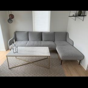 Næsten ny sofa fra ilva sælges grundet den er for stor til den nye stue. Købt for 1,5 år siden i ilva butikken Ishøj. Kommer fra ikke ryger hjem  Kvittering haves   Ny pris: 12.000    Brede uden chaiselong: 75 cm  Brede med chaiselong: 1.5 m   Længde: 2.6  Mp 2900