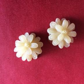Fantastiske Retro øreringe - blomster i plast - klipsøreringe. Har købt dem i vintage butik men aldrig brugt dem Se flere annoncer - rabat ved køb af flere ting