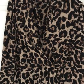 Cool leopardkjole fra Baum und Pferdgarten. Kan både dresses op med stilletter og ned til hverdagsbrug med en sweater og støvler. Købt hos Cristels i Hørsholm. Brugt en gang. Perfekt stand.  Venligst se mine andre annoncer!