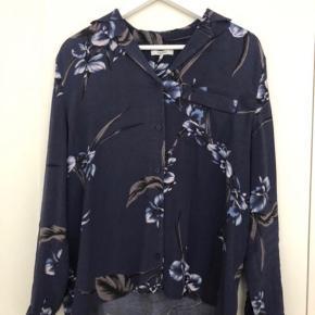 Fin mørkeblå blomstret Ganni skjorte. Str S. Model: Iris orchid