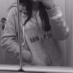Zip hoodie fra abercrombie n fitch, brugt ca 2 gange 😍