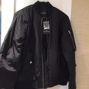 Ubrugt sort bomber jakke med termo for fra Little Remix i str. 16 hvilket svarer til en S.Jakken har stadigvæk mærke og kommer fra et røgfrit hjem.  Nypris 1.000kr