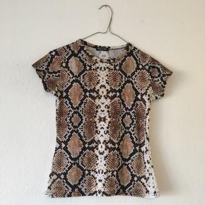 MOVING OUT❗️ FINAL SALE 😇😇😇  Nasty gal snake print fitted t-shirt   EUR S/36  Bid🤓🤓🤓