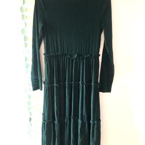 💚🌲✨ Grangrøn glimmer kjole ✨🌲💚  Smuk shimmy kjole fra Noisy May, str. L  Let, blød og behagelig at have på. Ærmerne er mesh, se billede i kommentar Kjolen kan bruges til både hverdag og fest.  Jeg kan ikke finde billeder på nettet af kjolen med denne farve, så det billede der er sat ind er af en sort kjole, den kjole jeg sælger er grøn!  Brugt ca 4-5 gange, ingen tegn på slid  100%polyester