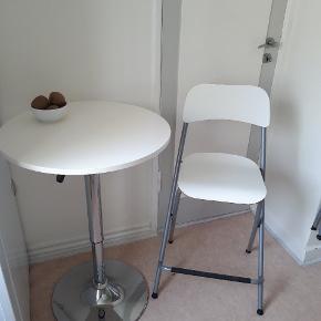 Bord og stole ( 2stk) sælges samlet eller hver for sig hvis det har interesse (begge stole 150kr, bordet 200kr). Bordet kan indstilles i højden og stolene kan klappes sammen og hænges op på fx væggen 👍👍Passer perfekt i en lille lejlighed! 😁