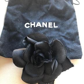 Varetype: Broche Størrelse: One size Farve: Sort Prisen angivet er inklusiv forsendelse.  Sort Chanel rose. En enkelt rosenblad folder indad. Ingen kvittering, men seriøse bud besvares :)