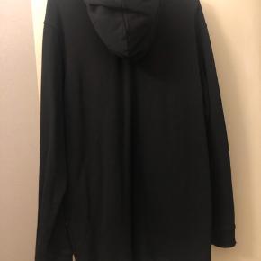Lang sort rå hætte trøje med lommer