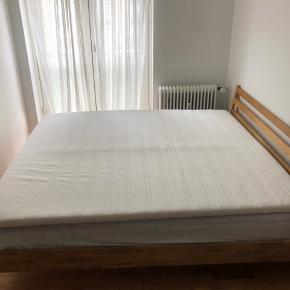 Sælger denne dobbeltseng som er købt for ca 4. Måneder siden - sælges udelukkende grundet flytning.   Sengestellet er fra jysk og kostede 1200kr Top madrassen er fra IKEA (Sultan serien) og kostede 1800kr  Sælges billigt for 1500kr og skal afhentes.   Måler 180x200 cm