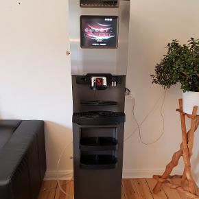 """Super lækker kaffeautomat fra De Jong duke Vitru 80 series.  Model Virtu 81/35 Bean-2-Cup 10,4"""" touch screen/display i fuld farve Synlige bønner Beholdere friskbryg kaffe samt hele bønner Yderligere 3 instant beholdere til chokolade, mælk & sukker Stor kapacitet rummer op til 400 kopper Kandefunktion CoEx/Espressobrygger Professionel Mulighed for koldt vand Fuld Automatisk renseprogram Betalingssystem """"tilvalg"""" Lavt energiforbrug Mål HxBXD 795x370x530 Vægt 50 kg.  De Jong duke Vitru er en rigtig driftsikker kvalitetsmaskine, der kan lave alt fra espresso, normal sort kaffe, instant kaffe til cappuccino og kakao og meget mere.  Den er blevet brugt i en kontorbygning. Den er utrolig velholdt og i rigtig flot stand, både indvendig og udvendig.  Du kan læse meget mere om den på De Jong Dukes hjemmeside ellers er du velkommen til at skrive og ringe hvis du har nogle spørgsmål, eller komme forbi og se den.  Pris : 12.500 kr. ( Indkøbspris da den blev købt ca. 70.000 kr.)"""