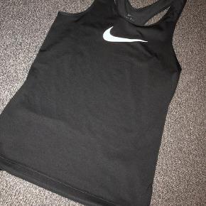 Nike trænings top i str. M i sort. Brugt 3 gange men fremstår som ny.  Kom gerne med et bud.✨