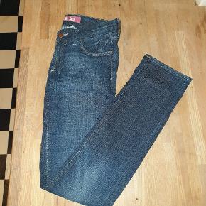 Super fede mørkeblå denim Jeans i W28 - Svarer vel til small/ lille medium. Fra H&M. Aldrig brugt.   Længde fra skridt og ned ca. 84 cm. Almindelig talje. 98%Bomuld og 2%Elestane.   Kan afhentes på Vesterbro i København eller sendes med posten. Køber betaler dog porto 😊  Se mine mange andre annoncer. Giver gerne mængderabat 😁