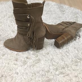 Brugt 2 gsnge i kort tid,fremstår som helt nye.10 cm hæl ,ruskind farven er midt i mellem beige og  brun