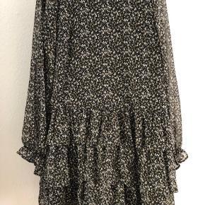 Brugt meget få gange. Fejler intet.  Flæse/lag-på-lag look i bunden af kjolen. Normal i størrelsen.