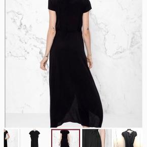 Fin lang maxi kjole fra & Other Stories. Kan bruges med bar ben og et par bukser under. Str. 34⭐️
