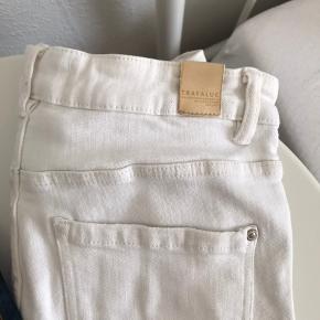 Begge Zara jeans for 150kr. Jeg har blot brugt disse jeans et par gange, og de er så gode som nye!!
