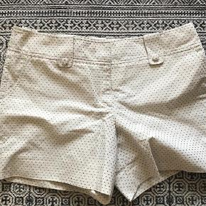Varetype: Shorts Farve: Beige  Fineste beige shorts med små grå prikker. Lukkes med lynlås og knap.