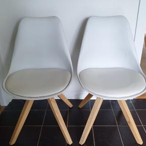 Hvide stole, med sæde i hvidt kunstlæder og ben i lyst træ. Købt i Idemøbler.