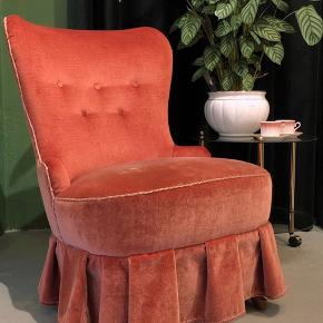 Tid til forår - tid til fornyelse 😃😍🌺🌸💫 Virkelig fin lænestol fra 1950'erne i rosa velour med skørt 💃🏼🌷🌸 Den kan pryde stuen med det klassiske look og den flotte farve eller være god i soveværelset til dagens outfit. Eller så må du selvbestemme hvor og hvad, du vil bruge den til 🤩👛🎀🎈 Kr. 2300.- H83 B58, siddehøjde 40 cm. #vintage #lænestol #velour