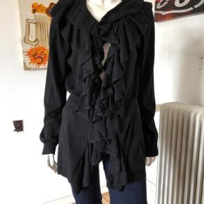 Så flot og feminin cardigan fra Ralph Lauren. Brugt enkelte gange, fejler absolut intet. Sort farve.  Byttes ikke.