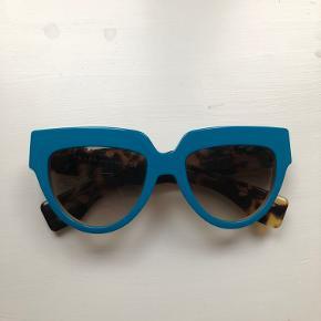 Helt nye solbriller fra Prada. Ikke en eneste ridse eller skramme. Købt i Californien for 2100kr. Bud starter på 850kr.