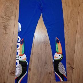 Har også tshirt til salg der passer til :)   Super funky leggings fra Adidas med fantastisk dejligt mønster.  Sælges kun da jeg ikke får dem brugt.   Prisen er fast, men er til at forhandle ved realistisk bud :)  Hvis du skulle være interesseret i andre ting på min profil, kan vi lave en god pris :)