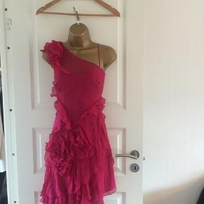 Super smuk Karen Millen festkjole uk16 (44), passer en str 42. Yderstof 100% silke. Meget god stand. Feminine frønser, justérbare stropper. Perfekt til sommerens fester, bryllup mm.  NP ca 2500 kr  Se også gerne mine andre KM annoncer