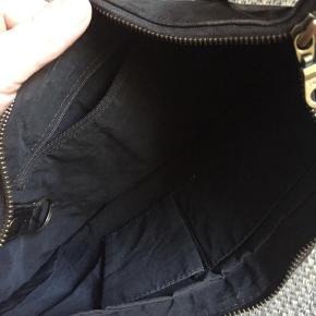 Varetype: Håndtaske Størrelse: 34 x 22 Farve: Brun