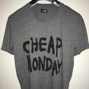 Lækker grå herre t-shirt med Cheap Monday på maven fra Cheap Monday str. XL. Fra røgfrit hjem.