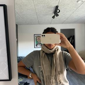 Super lækkert tørklæde fra Malene Birger, det er aldrig brugt og prismærke er stadivæk på. Jeg sælger det, da jeg har fået det i gave og ikke passer til min stil.