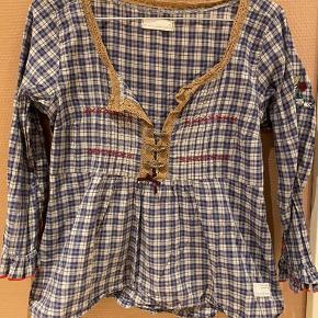 Super fin bluse i bomuld. Med lynlås i siden og mange fine detaljer. Brugt ca 4 gange.   Giver gode mængderabatter 🌸