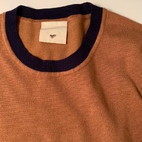 Rigtig fin bluse - den er brugt, men i fin stand.   Str er XS, men jeg er en str M og passer den. Den er ret elastisk. Men afhænger af hvordan man ønsker den skal sidde 😊