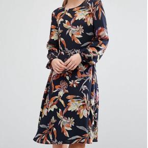 Sælger min kjole fra Y.A.S som aldrig er blevet brugt, prismærket er stadig på. Str S - Np  600 kr. Sendes med dao