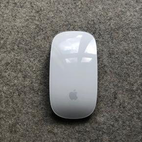 Magic Apple mus, brugt og har et par ridser men fejler ellers intet. Nypris 800kr  Bytter ikke og sender kun på købers regning 😊