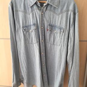 Varetype: Skjorter Farve: Sølv Oprindelig købspris: 899 kr. Prisen angivet er inklusiv forsendelse.
